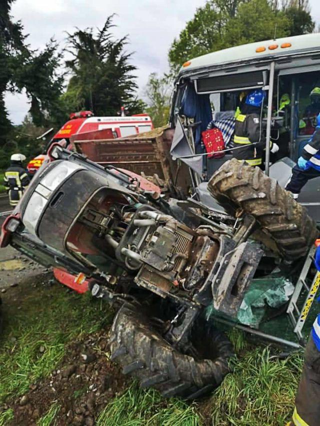 Colisión entre tractor y bus