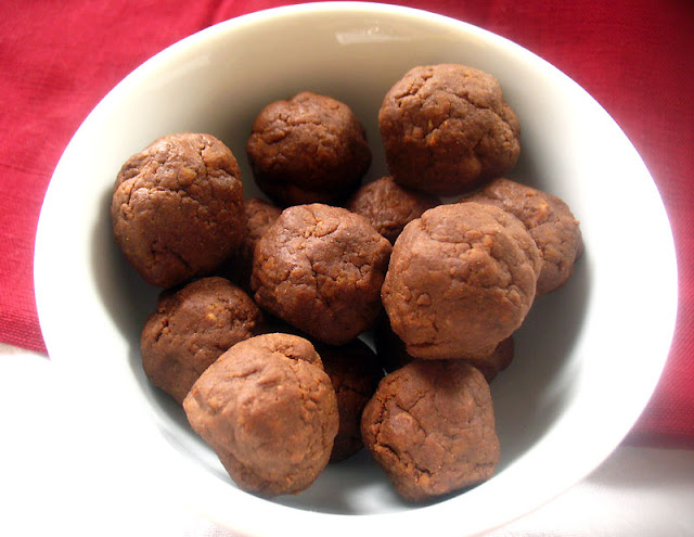 No-Bake Chocolate Peanut Butter Protein Balls