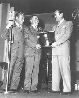 Fotografía en CBS de Glen Miller recogiendo su primer disco de oro