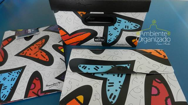 Caixas e pastas Dello assinadas por Romero Britto