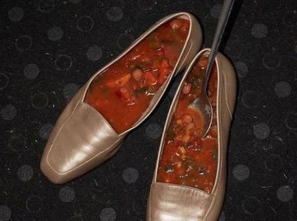 Menaruh makanan didalam sepatu