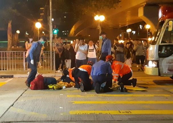 Pria di Kwai Chung Alami Cidera Kepala dan Koma Setelah Tertabrak Minibus Merah Saat Menyebrang Jalan