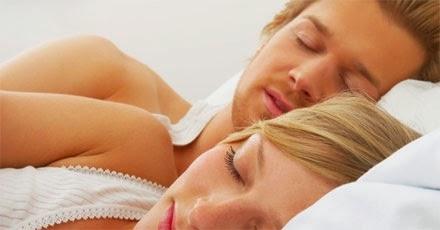 mulher ajudando o homem a controlar ejaculação precoce