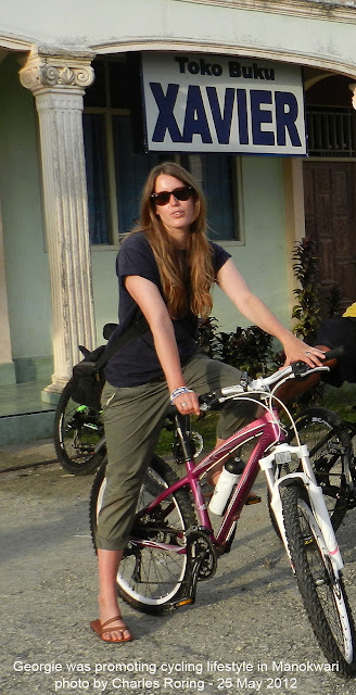 Wisatawan Inggris naik sepeda di Manokwari