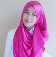 Cara Memakai Jilbab Menutup Dada dengan Scarf Satin untuk ke Acara Wisuda