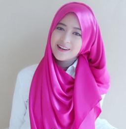 Cara memakai jilbab menutup dada dengan scarf satin