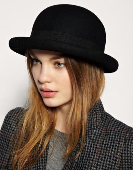 Borsalino  sombrero de fieltro con una cinta anudada en el lado izquierdo. 00e473b8f54