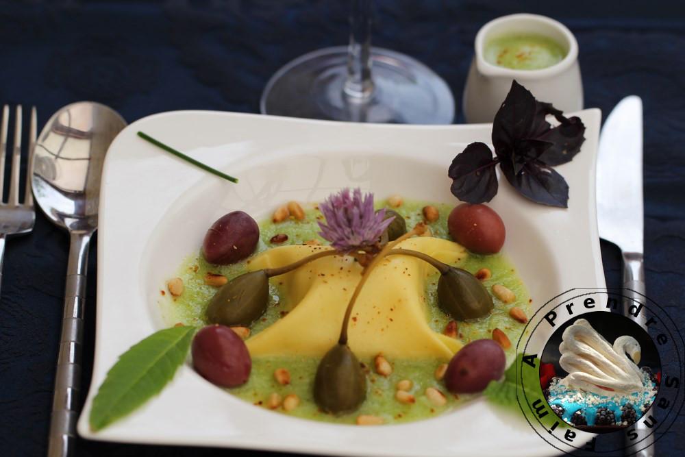 Raviole de Carré Frais aux herbes bouillon de tomate verte green zébra, olives violettes et câpres capucine (pas à pas en photos)