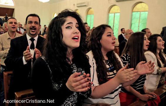 Ex musulmanes adorando en iglesia cristiana de Finlandia