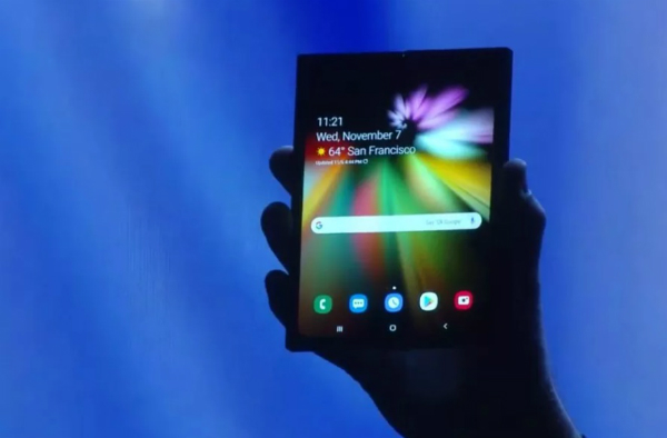 بالصور والفيديو: هذه طريقة عمل هاتف سامسونغ القابل للطي الجديد