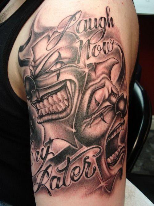 vemos a un chico con tatuajes masculinos