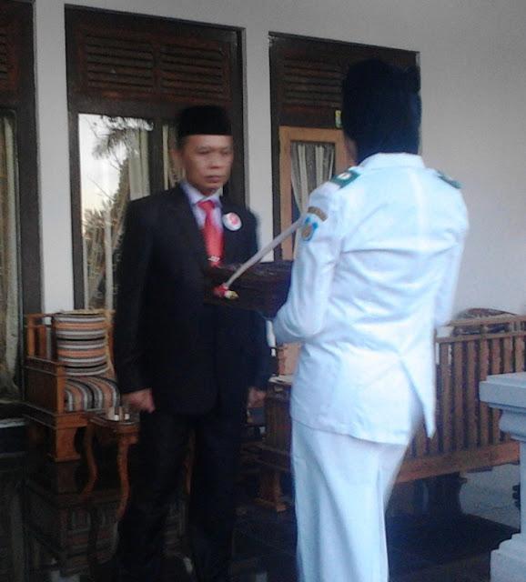 DR.Ir.Marjani Sultan Msi, Plt.Sekda Pemkab, Kep.Selayar ,Terima, Bendera, Dari ,Paskibra, Di ,Rujab, Bupati