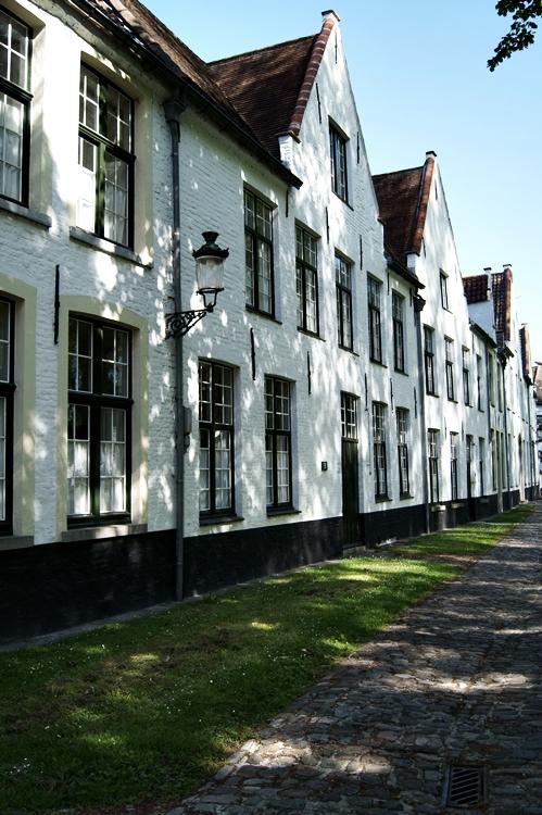 Schattenspiel auf Häuserfronten in Brügge { by it's me! }