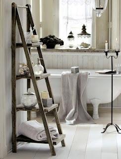 Semi escalera con estantes de madera