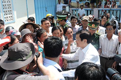 Chủ tịch nước Trương Tấn Sang thăm hỏi, động viên cán bộ, chiến sĩ và đồng bào trên đảo Lý Sơn