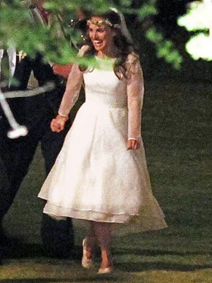 Katie Melua Wore An Earthy Fl Headband With Her Feminine Lace Gown