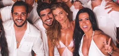 Grazi Massafera e Caio Castro passaram o Réveillon juntos com amigos e parentes do galã, em Pernambuco