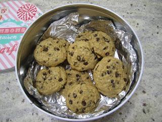 Cookies aux pépites de chocolat, recette de la box de Pandore, dans une boîte pour les conserver