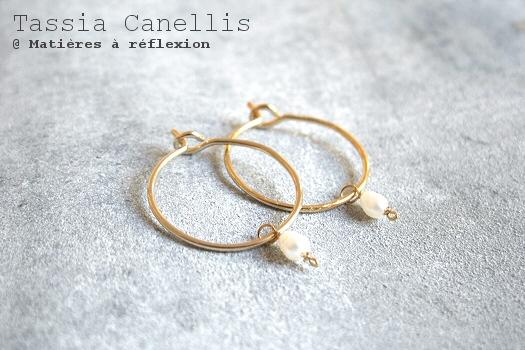 Boucles mini-créoles dorées Tassia Canellis bijoux perles de nacre