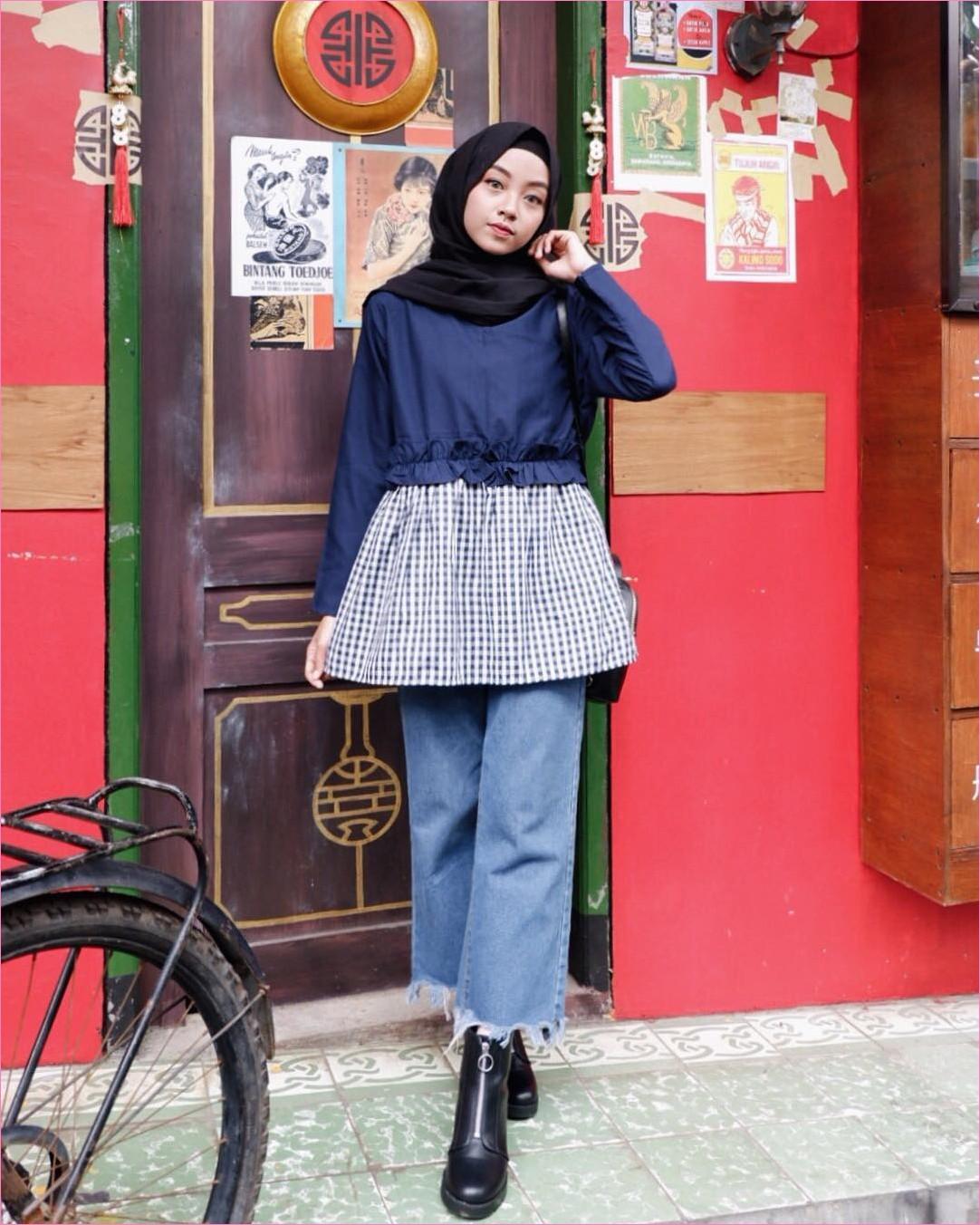 Outfit Baju Top  Blouse Untuk Hijabers Ala Selebgram 2018 peplum blouse biru dongker celana pallazo cullotes jeans denim sobek ankle boots hijab pashmina diamond hitam ciput rajut slingbags ootd trendy gaya casual