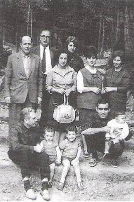 Angel Ribera, Pere Cherta, señora de Segura, señora de Cherta, señora de Travesset, señora de Ribera y, debajo, Joan Segura y Joaquim Travesset, con sus respectivos hijos