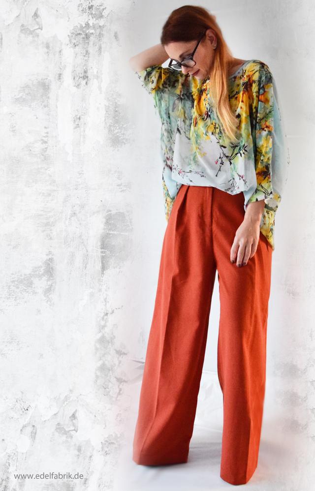 Outfit, Kombination mit weiter Hose und leichter Bluse mit Flowerprint