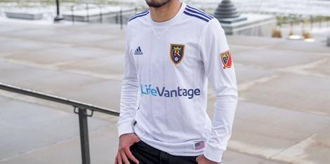 El nueva camisetas de futbol de escape de Real Salt Lake 2017 presenta un  diseño muy limpio. Patrocinado por LifeVantage y fabricado por Adidas 1b6c34b2dbd01
