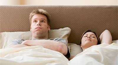 """كيف تطلب """"مزيد من الإثارة """" من زوجتك دون إحراج رجل امرأة سرير رجل غاضب متضايق angry man upset woman bed relation sex"""