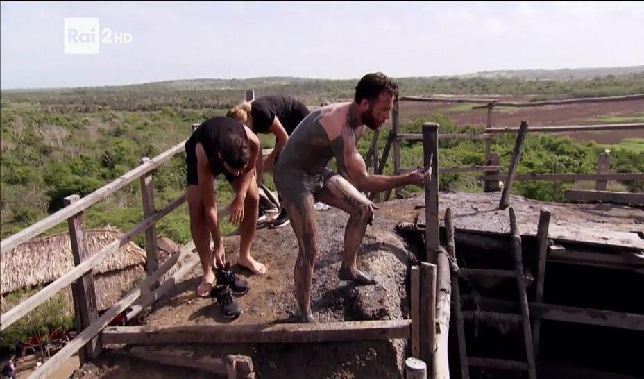 Bagno di fango per i concorrenti di Pechino Express