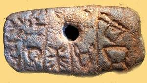 Una de las tablillas de Tărtăria encontradas. La escritura presenta en ellas ha revelado muchos interesante datos que podrían alterar el curso de la historia pasada.