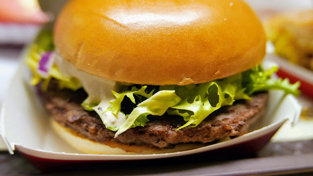 Burger cu vita si sos de hribi