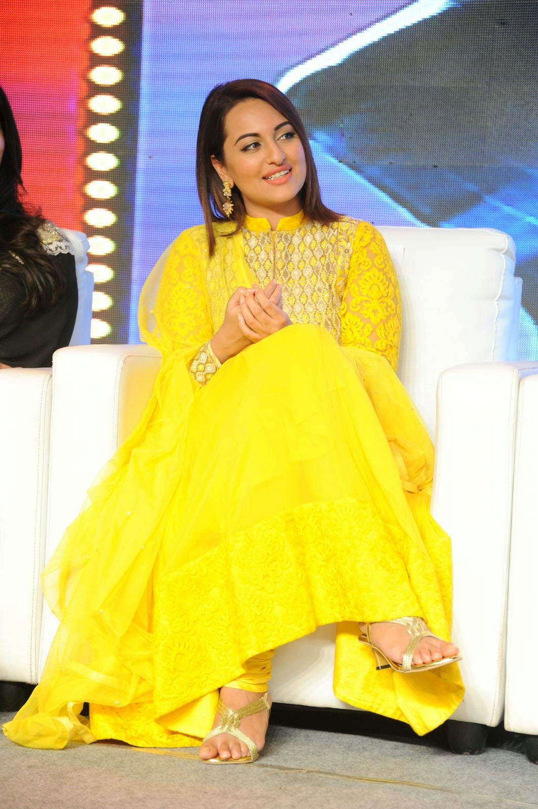 Sonakshi Sinha Pictures, Sonakshi Sinha Yellow Suit Pics from Lingaa Movie Event