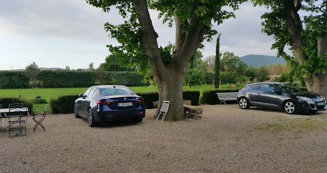 Alfa Romeo Giulia Super parkt unter Bäumen mit Blick auf Garten in Mallemort