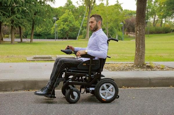 chọn xe lăn điện cho người già