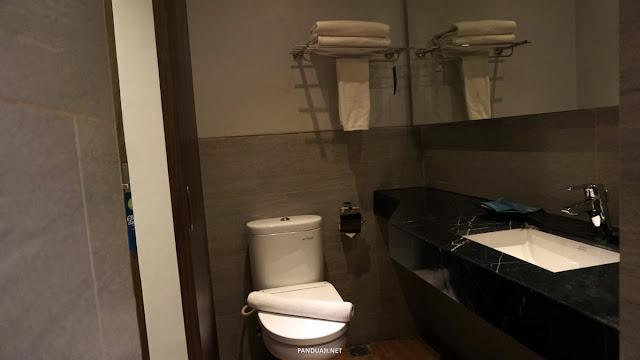 Kamar mandi di Batiqa Hotel Palembang