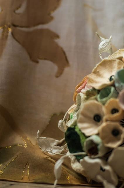 matrimonio green: bouquet di fiori di carta tinte pastello e abito da sposa dipinto