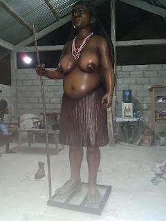 patung perempuan istri kepala suku papua