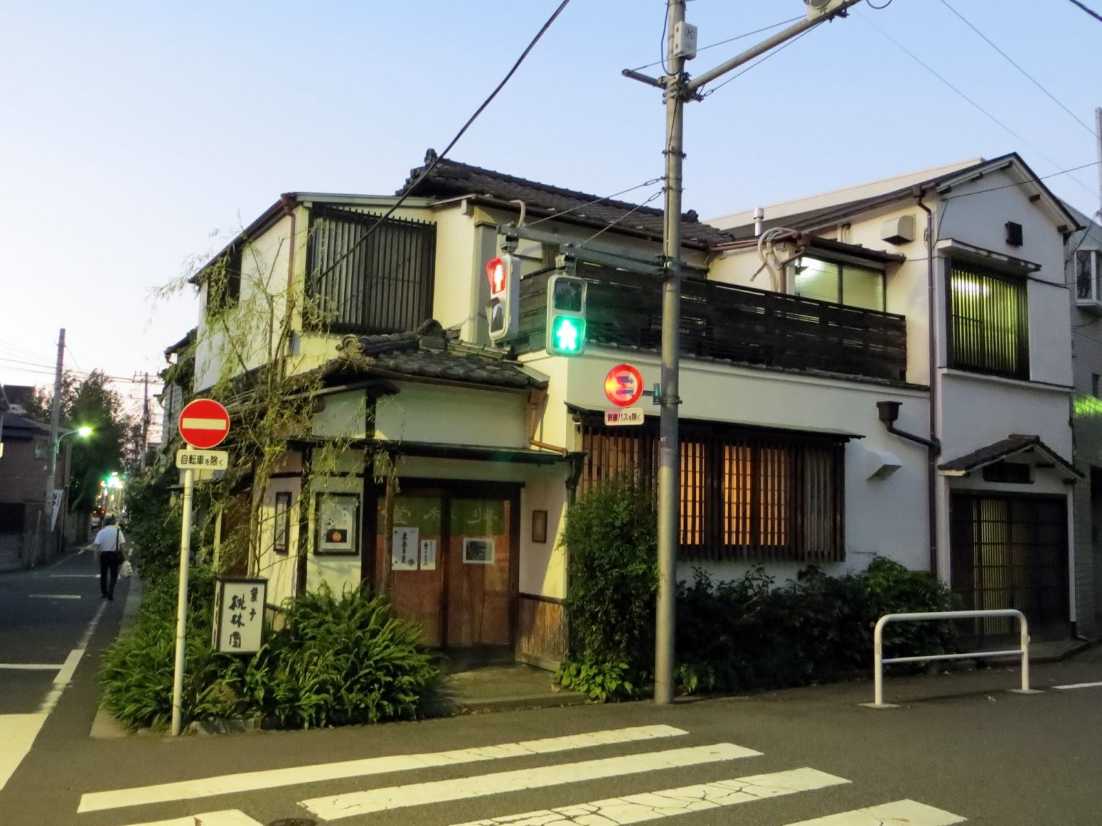 Japanese house, Alley way tokyo, streets japan, vending machines, must do tokyo, Japan