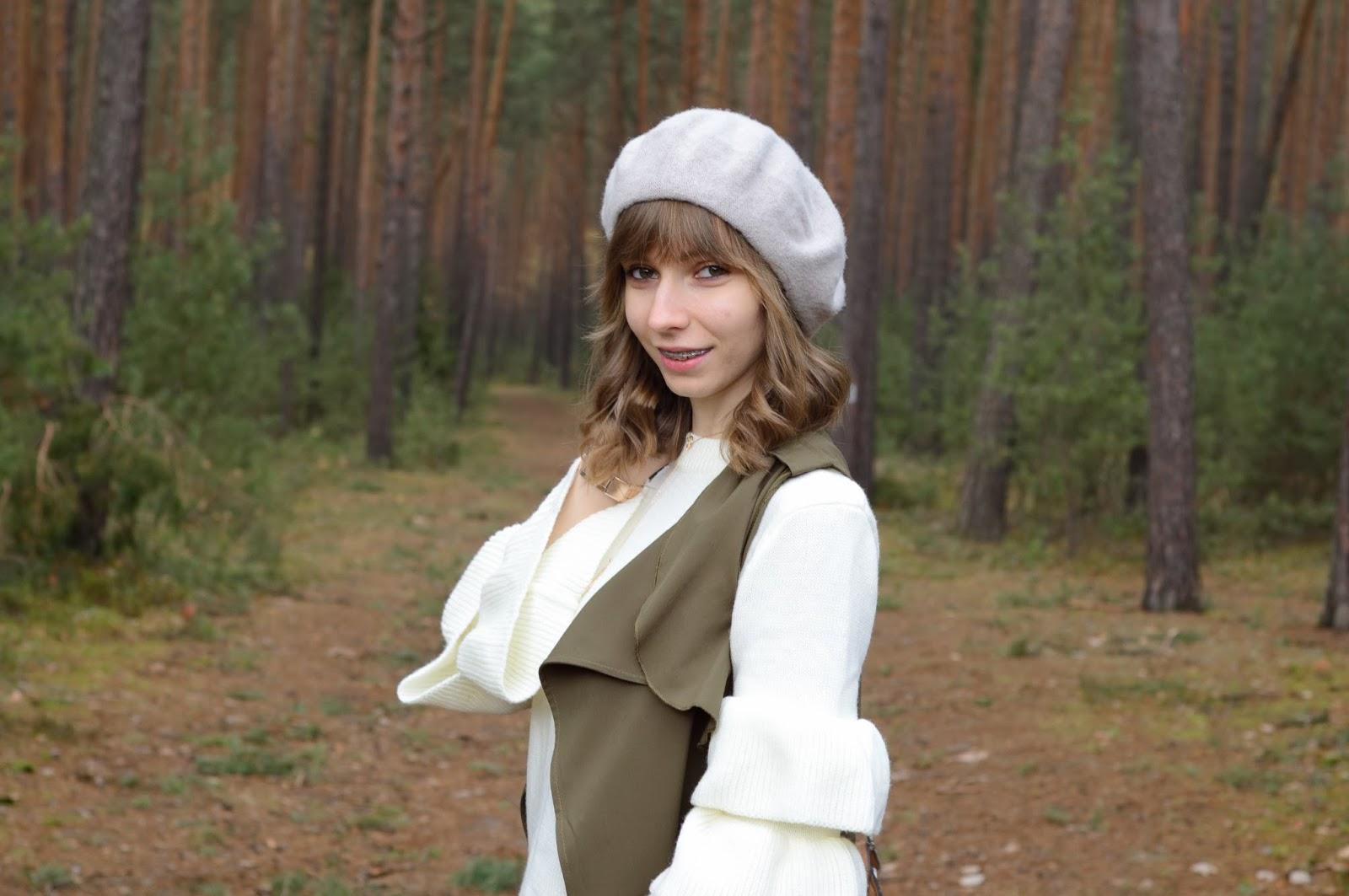 Sweter z falbanami na rękawach | Jesienny look w kolorach ziemi | szary beret