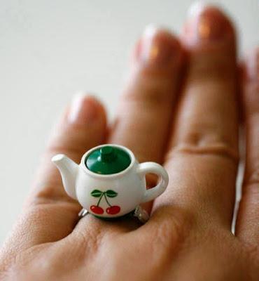 anillo con una  pequeña tetera.