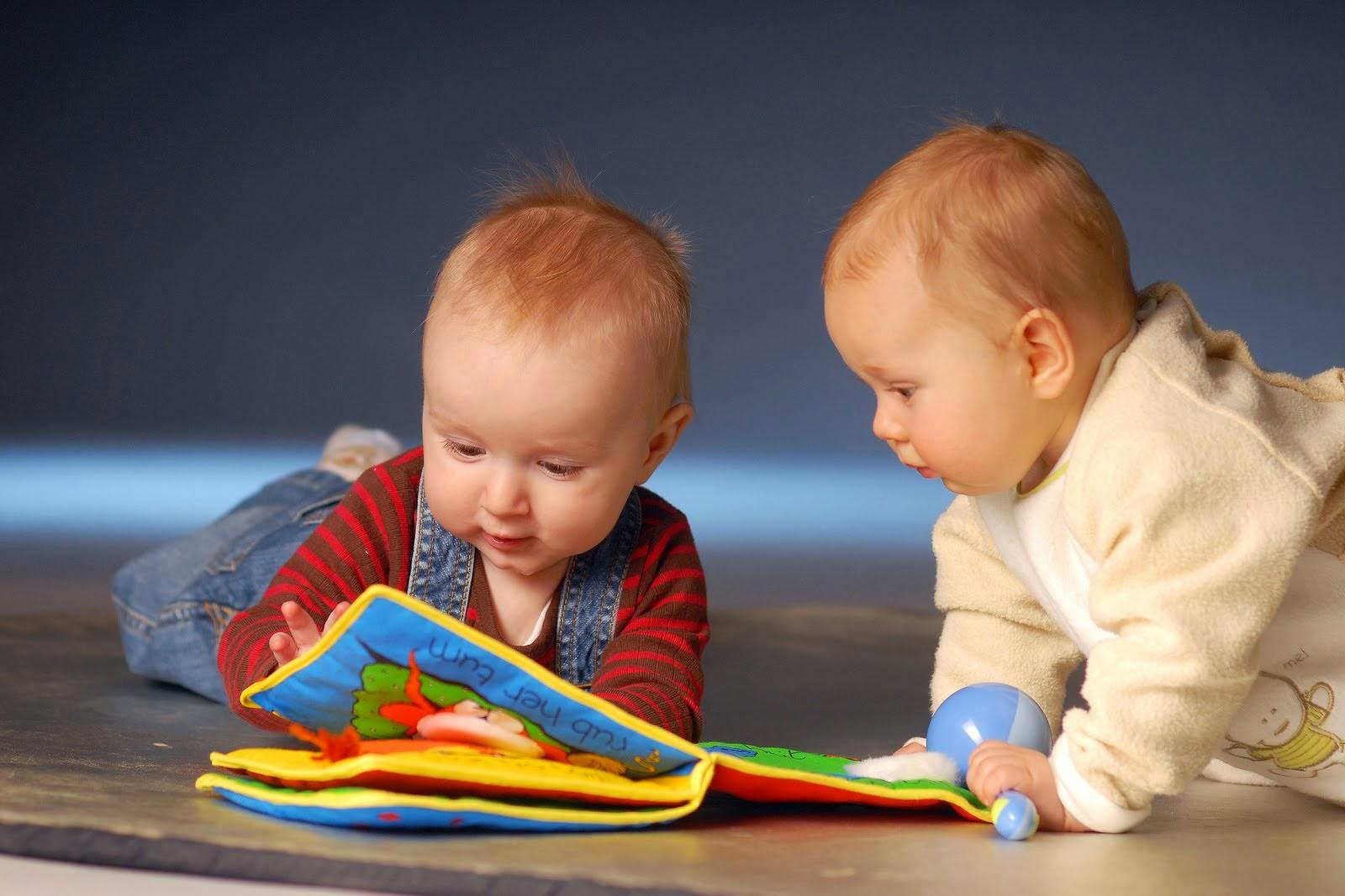 bebês brincando
