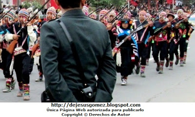 Foto del Comité de Autodefensa del Corredor de la Sierra con un policia en medio de la foto por Jesus Gómez