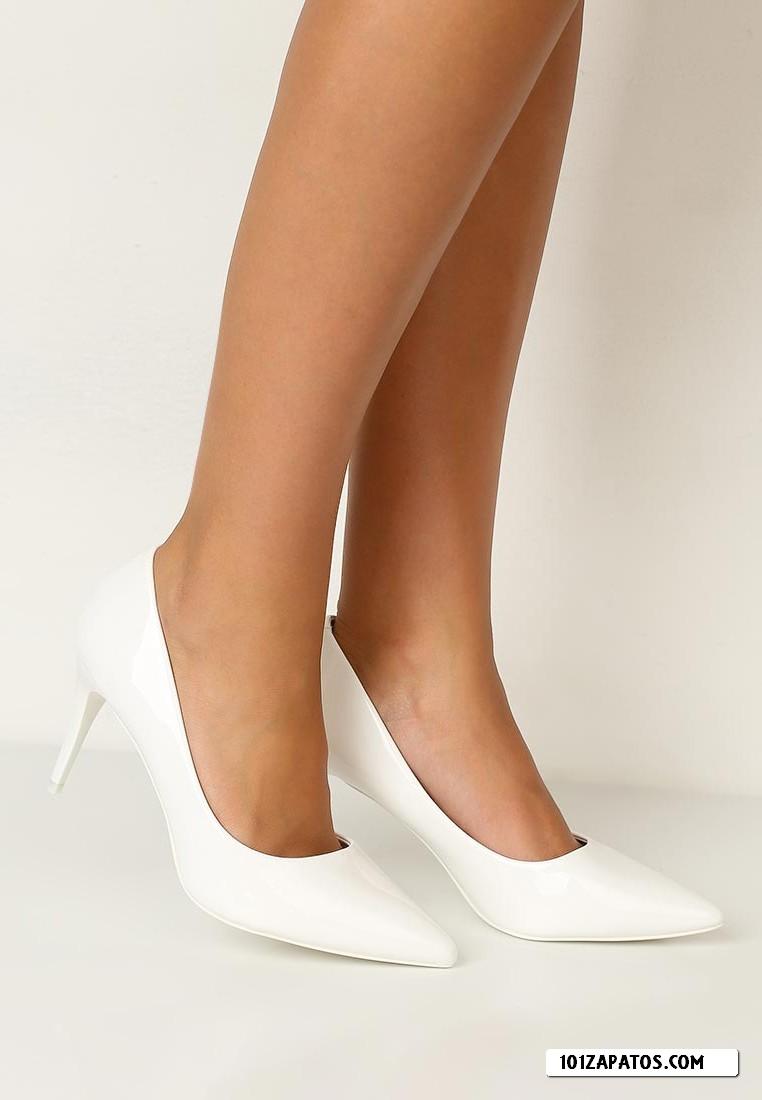 En la tienda online de Deichmann te olvidarás del tiempo y navegarás a tu antojo por la extensa gama zapatos para mujer. Podrás escoger entre una gran variedad de botas, sandalias, bailarinas, cuñas, oxford, mocasines, zapatillas de deporte y botines, todo está disponible en nuestra tienda de zapatos online.