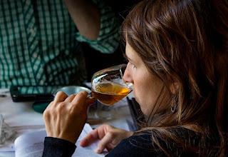 Mujer catando organolépticamente cerveza