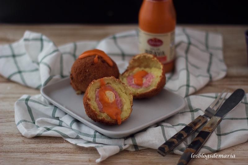 Bolas de patatas rellenas de carne y huevos de codorniz con salsa brava