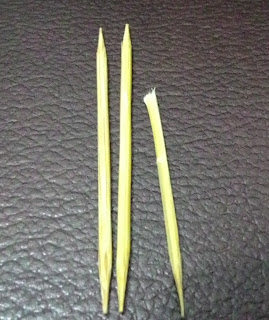 mengeluarkan kapas cotton bud yang tertinggal dalam telinga