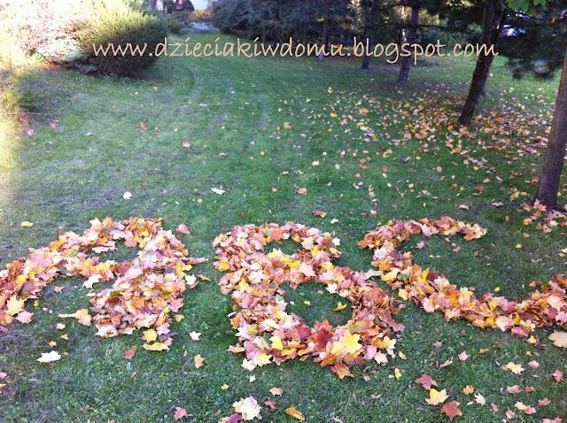 jesienna zabawa z liśćmi
