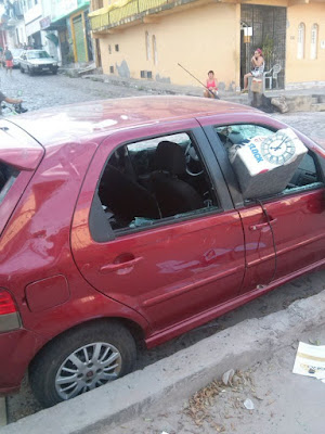 Carro ficou destruído após ataque de mulher (Foto: Carlos José/ Voz da Bahia)