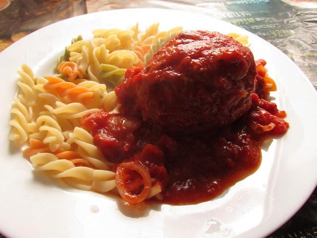 Jajka w mięsie zapiekane w sosie pomidorowym