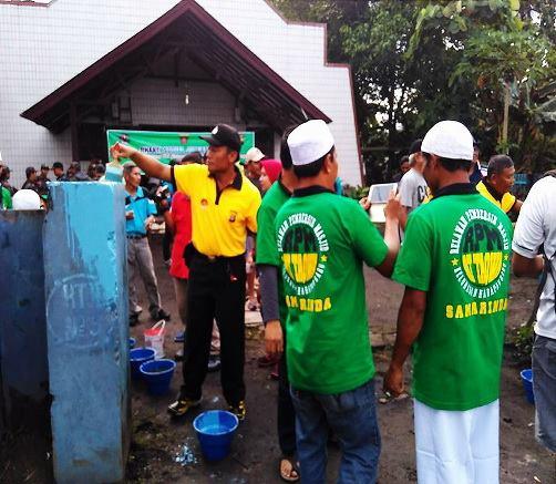 Bantu Perbaiki Bekas Pemboman, Aksi Relawan Masjid Di Gereja Ini Membuat Sejuk